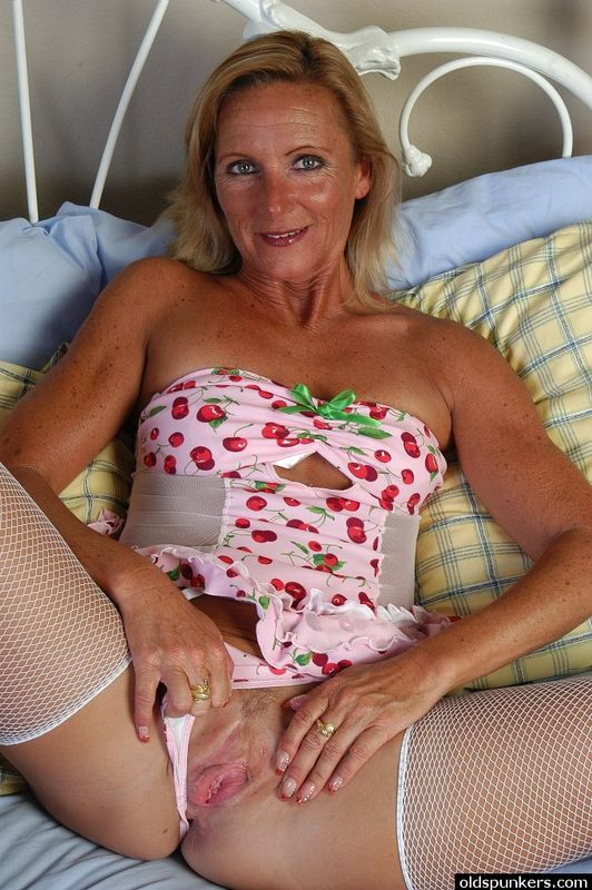 Milf squirting orgasms from threesome