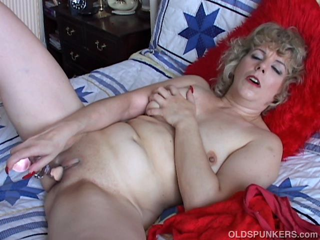 Sexy older housewife loves to fuck her wet pussy for you