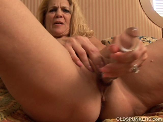 Gorgeous mature amateur shows you how she likes to get fucked